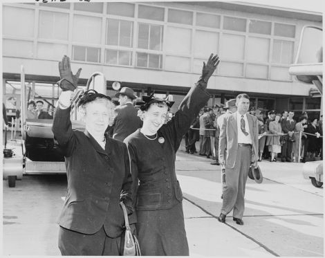 1280px-Photograph_of_First_Lady_Bess_Truman_and_Margaret_Truman_waving_goodbye_to_the_President_as_he_leaves_Washington..._-_NARA_-_200244